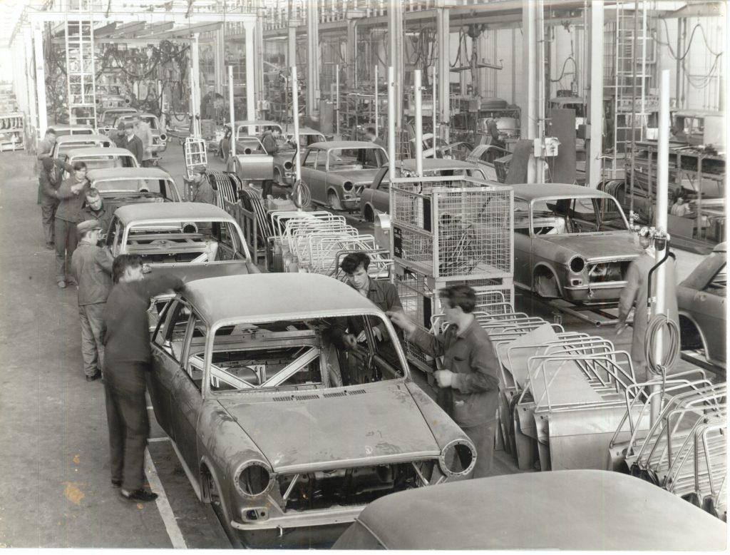 Po DKW so začeli izdelovati avtomobile Austin, kooperacija z BLMC.