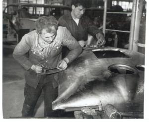 """Začetna """"tehnologija"""" izdelava čelne stena kombija IMV 1000. Po lesenih kladivih, na lrsenem modelu je sledila """"fina"""" obdelava v režiji brusilcev, 1961."""
