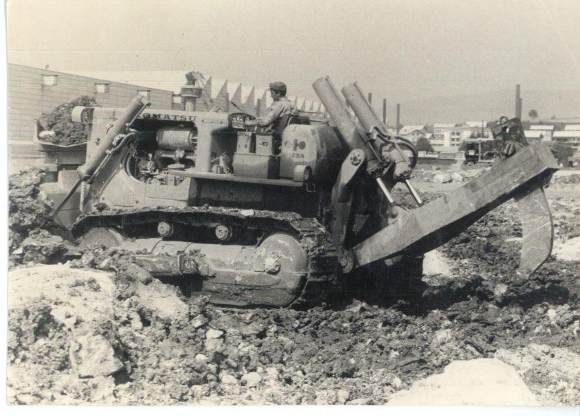 Gradnja vzhodnega dela tovarne avtomobilov. Glavna zemeljska dela so opravili z lastno gradbeno mehanizacijo IMV, 1973.