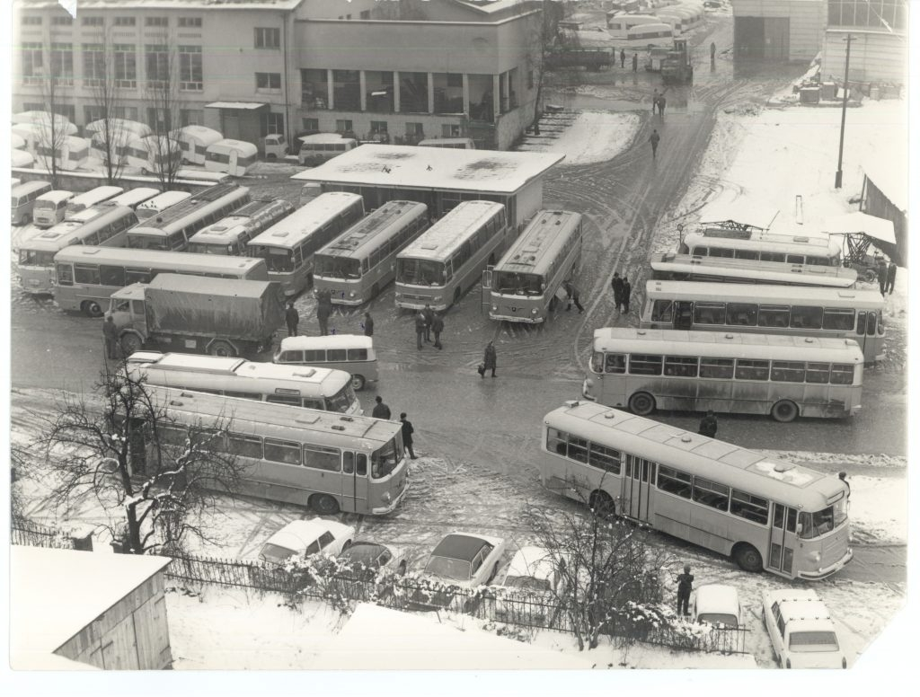 """Prizor iz """"IMV avtobusne postaje"""". Kakih 40 avtobusov je vozilo delavce v tovarno. 1980."""